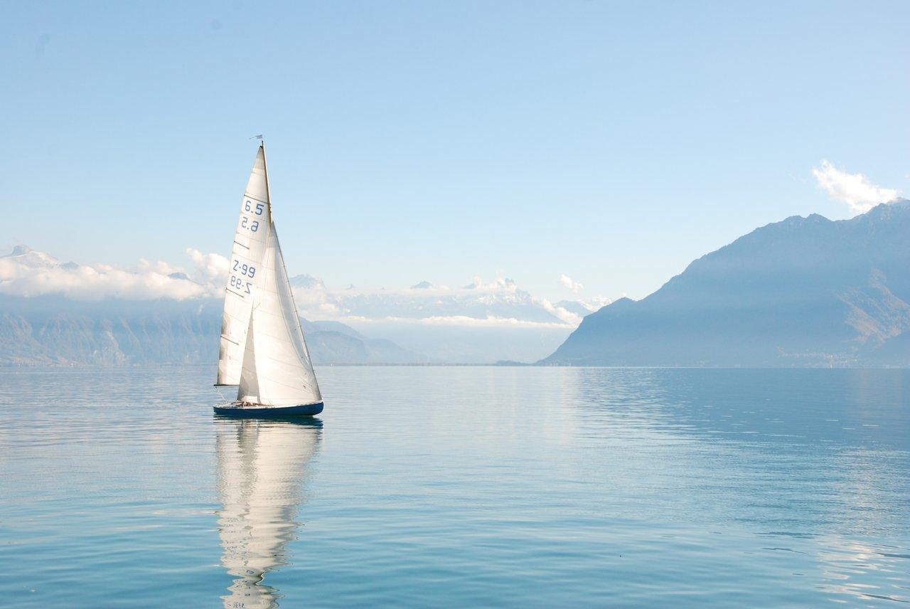barca a vela solitaria