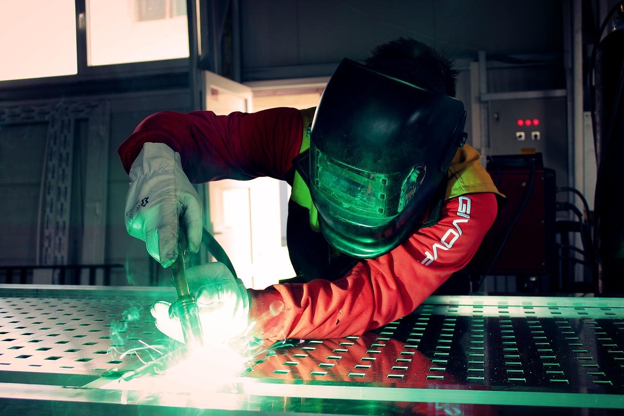 operatore intento ad effettuare una lavorazione sull'alluminio